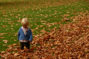 meisje tussen de bladeren.jpg